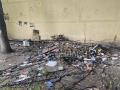 «Мусор и битое стекло»: Новокузнецкие дворы утопают в огромных кучах мусора