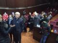 Пришедшие на встречу люди собираются ночевать в здании мэрии Новокузнецка