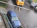 В Кемерове водитель неудачно припарковался у подъезда и снёс дерево