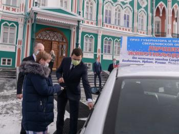 Евгений Куйвашев подарил лучшей доярке Свердловской области автомобиль